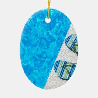 Ornamento De Cerâmica Dois deslizadores de banho na borda da piscina