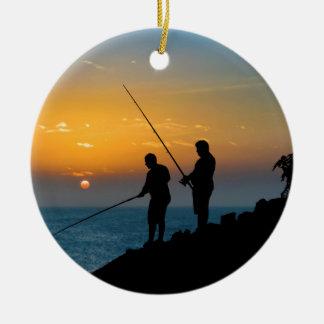 Ornamento De Cerâmica Dois homens que pescam na costa