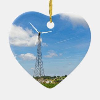 Ornamento De Cerâmica Dois moinhos de vento na área rural com céu azul