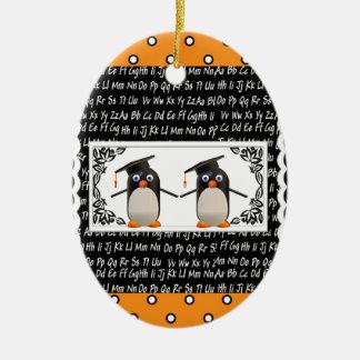 Ornamento De Cerâmica Dois pinguins de graduação, ABC Scalloped o fundo