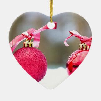 Ornamento De Cerâmica Duas bolas vermelhas do Natal fora na neve