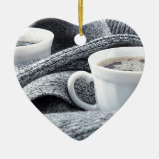 Ornamento De Cerâmica Duas chávenas de café brancas envolvidas no lenço