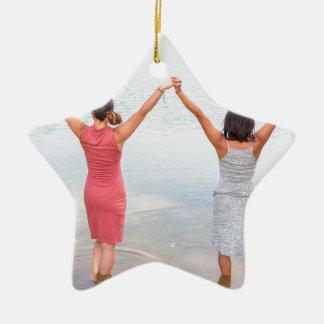 Ornamento De Cerâmica Duas mulheres felizes que estão em water.JPG