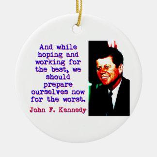 Ornamento De Cerâmica E ao esperar e ao trabalhar - John Kennedy