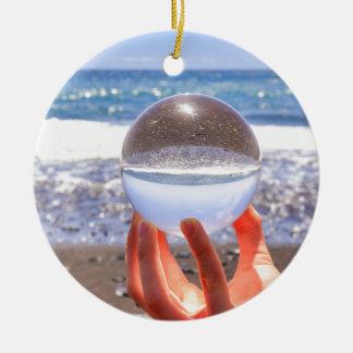 Ornamento De Cerâmica Entregue guardarar a esfera de vidro na praia e no