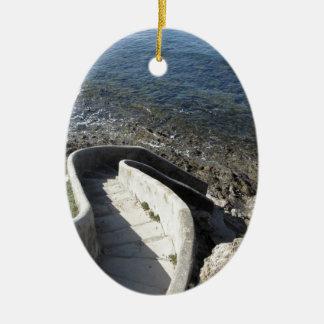 Ornamento De Cerâmica Escadaria concreta para baixo ao mar. Escadas