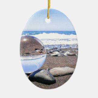 Ornamento De Cerâmica Esfera de vidro em pedras na praia e na costa