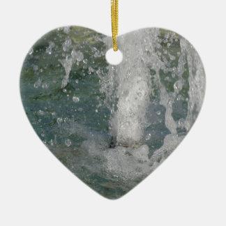 Ornamento De Cerâmica Espirra da água da fonte em um dia ensolarado