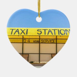 Ornamento De Cerâmica Estação amarela do táxi na costa na piscina