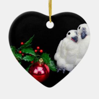 Ornamento De Cerâmica Estatuetas do pinguim com a bola vermelha do Natal