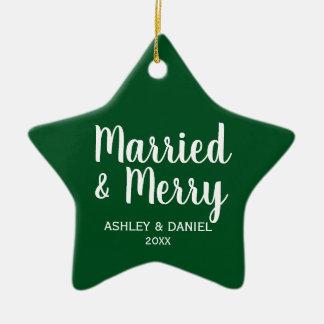 Ornamento De Cerâmica Estrela casada & alegre do verde do Natal do