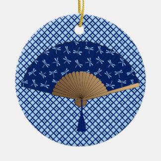 Ornamento De Cerâmica Fã japonês, teste padrão da libélula, azul cobalto