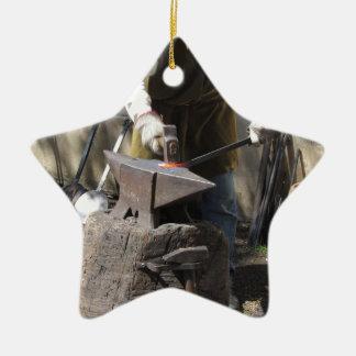 Ornamento De Cerâmica Ferreiro que forja manualmente o metal derretido