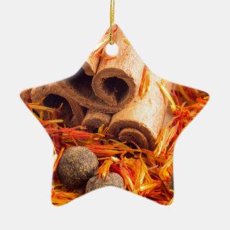 Ornamento De Cerâmica Fim-acima das especiarias e das ervas da cozinha