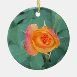Ornamento De Cerâmica flor alaranjada do rosa amarelo
