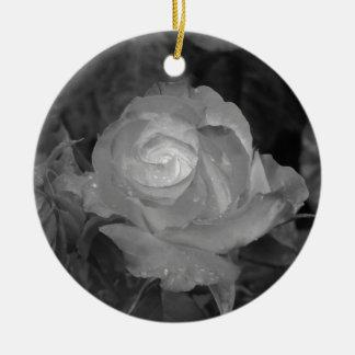 Ornamento De Cerâmica Flor cor-de-rosa do solteiro com gotas de água no