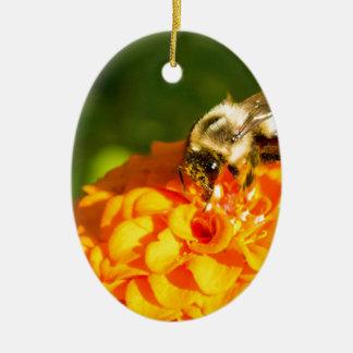 Ornamento De Cerâmica Flor do amarelo alaranjado da abelha do mel com