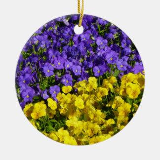 Ornamento De Cerâmica Floral colorido das violas roxas e amarelas