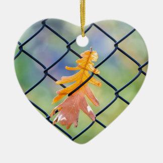 Ornamento De Cerâmica Folha da queda travada em uma cerca