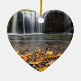 Ornamento De Cerâmica Folhas de bordo da queda na cachoeira escondida
