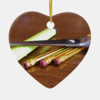 Ornamento De Cerâmica Fontes de secretaria da escola na mesa de madeira