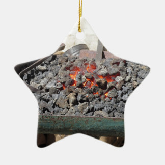 Ornamento De Cerâmica Fornalha antiquado do ferreiro. Carvões ardentes