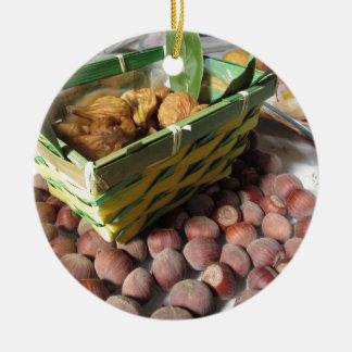 Ornamento De Cerâmica Frutas do outono com avelã e os figos secados
