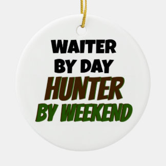 Ornamento De Cerâmica Garçom pelo caçador do dia em o fim de semana