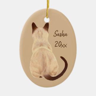 Ornamento De Cerâmica Gato Siamese de Sasha que senta o costume traseiro