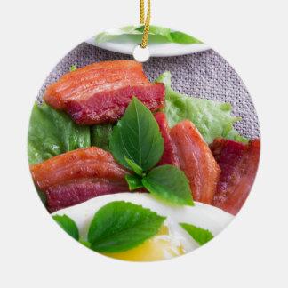Ornamento De Cerâmica Gema, bacon fritado, ervas e fim-acima da alface