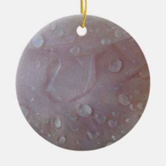 Ornamento De Cerâmica Gotas da chuva em uma pétala da íris