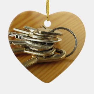 Ornamento De Cerâmica Grupo de chaves gastas da casa na mesa de madeira