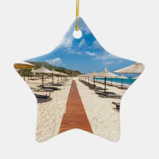 Ornamento De Cerâmica Guarda-chuvas de praia e loungers no mar grego