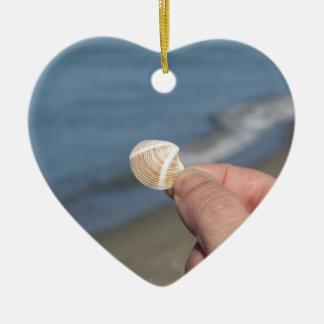 Ornamento De Cerâmica Guardarando um seashell na mão