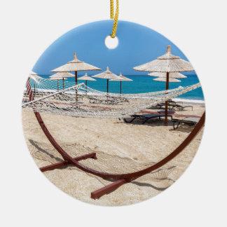 Ornamento De Cerâmica Hammock com os guarda-chuvas de praia na costa