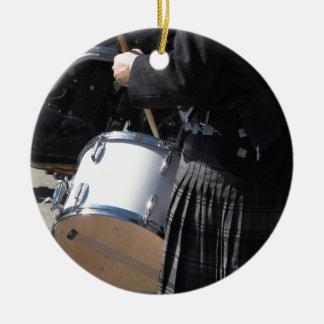 Ornamento De Cerâmica Homem com o kilt que joga em cilindros