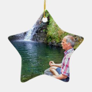 Ornamento De Cerâmica Homem que senta-se na rocha que meditating perto