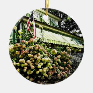 Ornamento De Cerâmica Hydrangeas brancos pelo toldo listrado verde