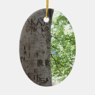 Ornamento De Cerâmica Iniciais personalizadas cinzeladas em um parque da