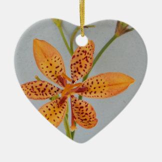 Ornamento De Cerâmica Íris manchada laranja chamada um lírio de