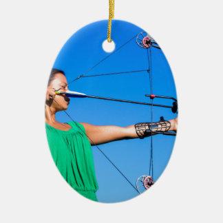 Ornamento De Cerâmica Jovem mulher que aponta a seta do arco composto