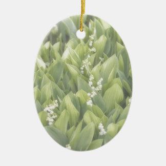 Ornamento De Cerâmica Lírio do remendo da flor do vale na névoa
