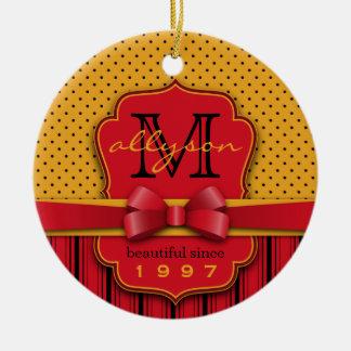 Ornamento De Cerâmica Listras amarelas retros do vermelho das bolinhas