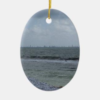 Ornamento De Cerâmica Litoral da praia com os veleiros no horizonte