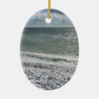 Ornamento De Cerâmica Litoral da praia em um dia nebuloso no verão