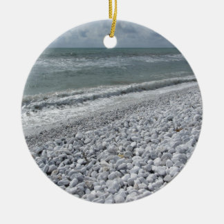 Ornamento De Cerâmica Litoral de uma praia em um dia nebuloso no verão