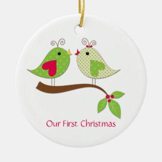 Ornamento De Cerâmica LoveBirds verdes das bolinhas do primeiro Natal no