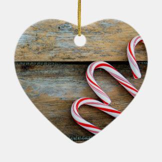 Ornamento De Cerâmica Madeira rústica com os bastões de doces do Natal