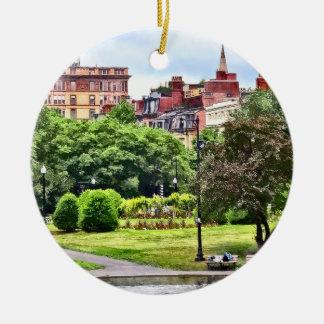 Ornamento De Cerâmica MÃES de Boston - relaxando no jardim público de