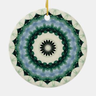 Ornamento De Cerâmica Mandala da flor branca e do azul Cerulean